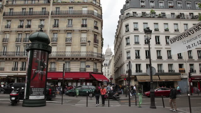 ws traffic on street / paris, france - grandangolo tecnica fotografica video stock e b–roll