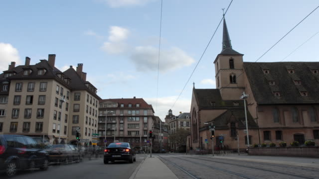 vidéos et rushes de t/l, ws, traffic on street, strasbourg, alsace, france - tramway