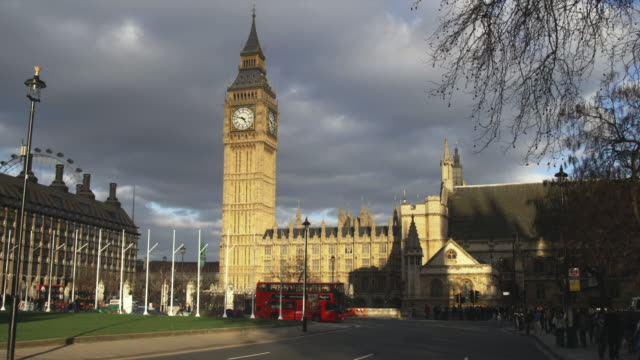 ws traffic on street with big ben and parliament in background, london, united kingdom - ビッグベン点の映像素材/bロール