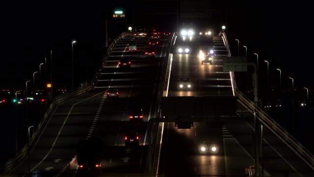Verkehr auf der Brücke in der Nacht