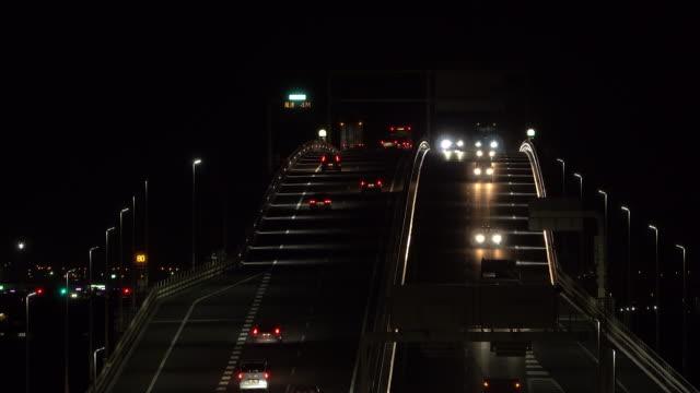 夜の橋の上の交通 - ヘッドライト点の映像素材/bロール