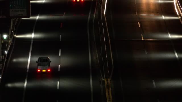 verkehr auf der brücke in der nacht - agua stock-videos und b-roll-filmmaterial