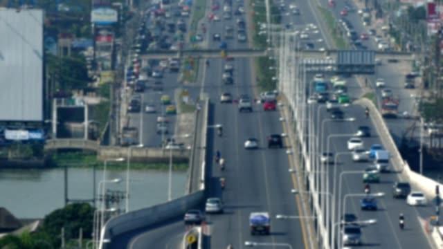vidéos et rushes de trafic sur le fleuve de croisement de pont - macadam