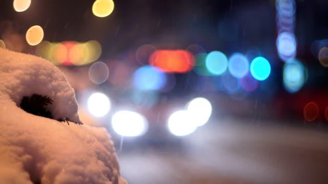 Verkehr in der Stadt auf Winternacht, b-roll