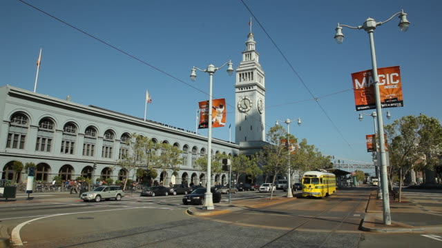 ws traffic on the embarcadero with ferry building in background / san francisco, california, usa - フェリーターミナル点の映像素材/bロール