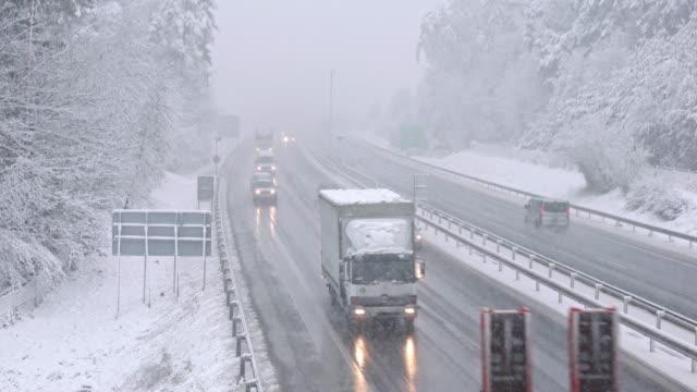 吹雪の中で高速道路上のトラフィック - 横滑り点の映像素材/bロール