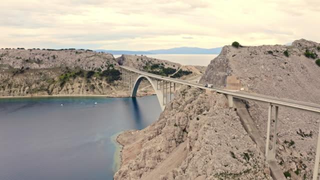 vídeos y material grabado en eventos de stock de tráfico aerial en el puente krk - coastal feature