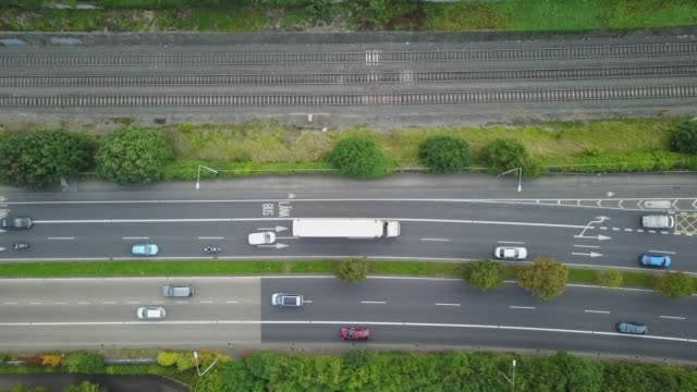 vidéos et rushes de traffic on the n7 on the outskirts of dublin, ireland. - irlande