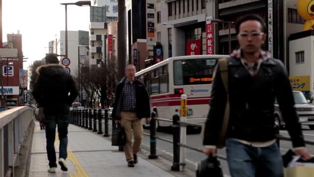 vídeos de stock, filmes e b-roll de tráfego na rua da cidade de fukuoka, japão - prefeitura de fukuoka