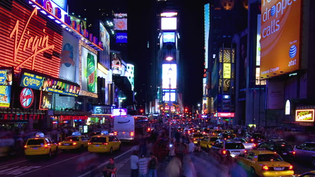 t/l ws zo traffic on times square at night, new york city, new york, usa - traffic点の映像素材/bロール