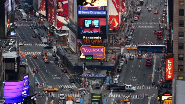 stockvideo's en b-roll-footage met t/l, ms, ha, traffic on times square, day to night, manhattan, new york city, new york, usa - gele taxi