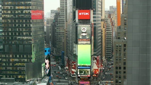 vídeos de stock, filmes e b-roll de t/l, zo, ws, ha, traffic on times square, manhattan, new york city, new york, usa - time lapse de trânsito