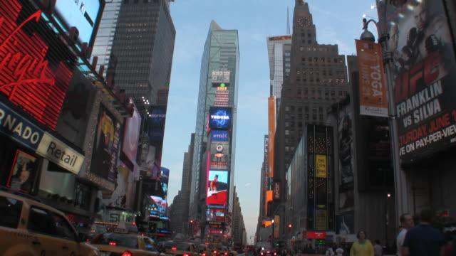 ws traffic on times square, new york city, new york, usa - マンハッタン点の映像素材/bロール