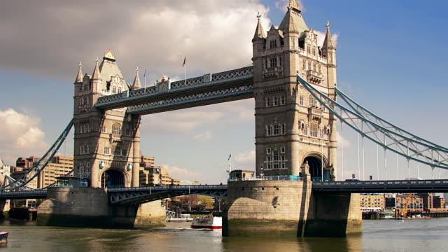 MS, T/L, Traffic on Tower Bridge, London, England