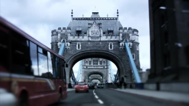 verkehr auf der tower bridge-london, zeitraffer (hd-qualität, pal, ntsc - tower bridge stock-videos und b-roll-filmmaterial