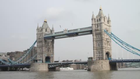 t/l ws traffic on tower bridge / london, united kingdom - 跳開橋点の映像素材/bロール