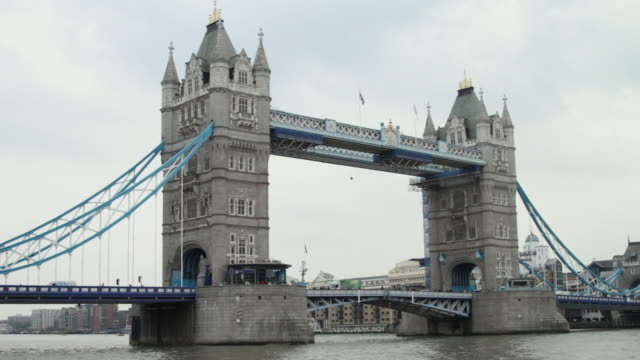 ws traffic on tower bridge / london, united kingdom - 跳開橋点の映像素材/bロール