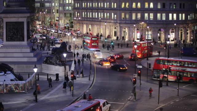 t/l ws ha traffic on trafalgar square at night / london, england - trafalgar square stock-videos und b-roll-filmmaterial