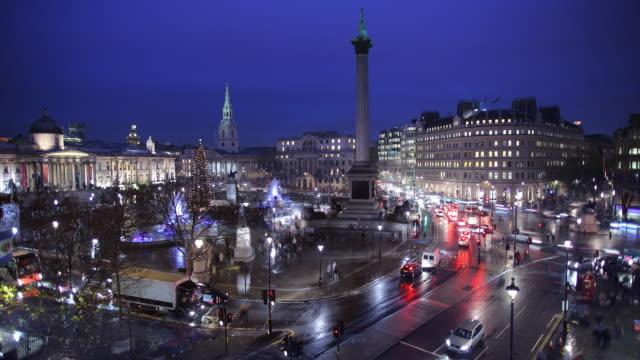 t/l ws ha traffic on trafalgar square at night / london, england - trafalgar square stock videos & royalty-free footage
