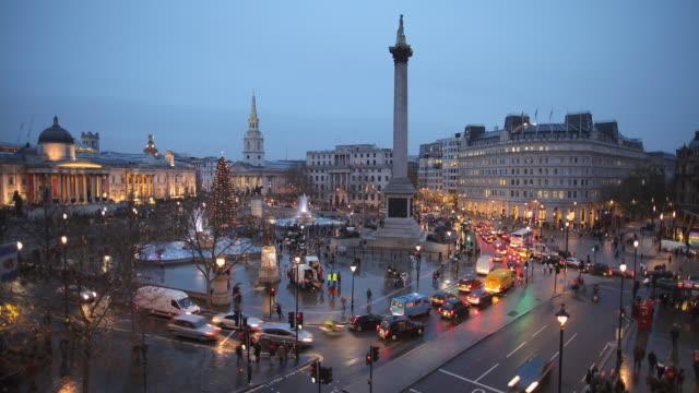 t/l ws ha traffic on trafalgar square, dusk to night / london, england - trafalgar square stock videos & royalty-free footage