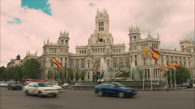 ws traffic outside city hall, plaza de cibeles, madrid, spain - politics and government stock-videos und b-roll-filmmaterial