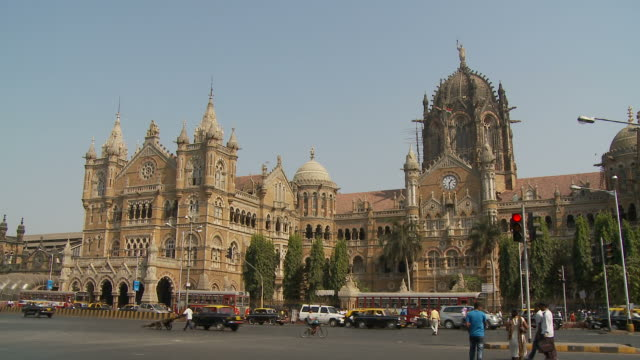 stockvideo's en b-roll-footage met ws traffic outside victoria station / mumbai, india - nationaal monument beroemde plaats