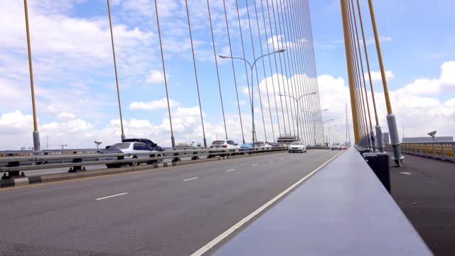 チャオプラヤ川、バンコク、タイのラマ 8 世橋を経由したトラフィック - moving past点の映像素材/bロール