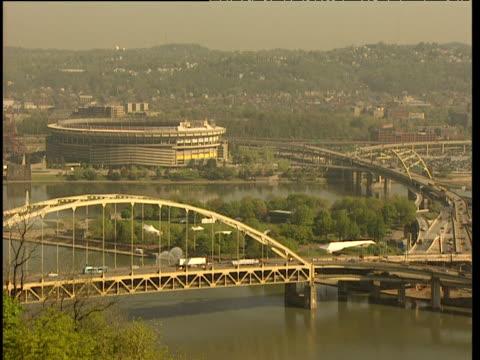 vídeos y material grabado en eventos de stock de traffic passes along fort pitt bridge over ohio river - río ohio