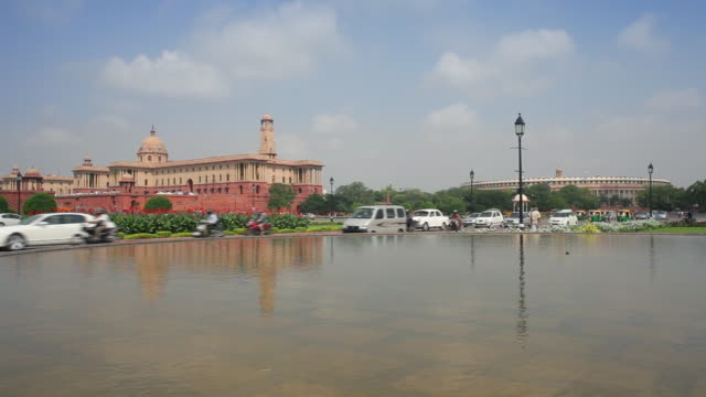 traffic passes an infinity pool in the government mall of new delhi. - parliament building stock videos & royalty-free footage