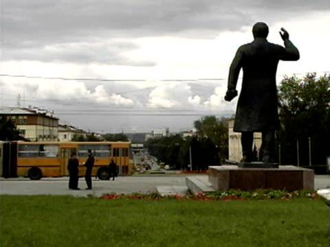 vídeos y material grabado en eventos de stock de traffic passes by statue of lenin in yekaterinburg - lenín