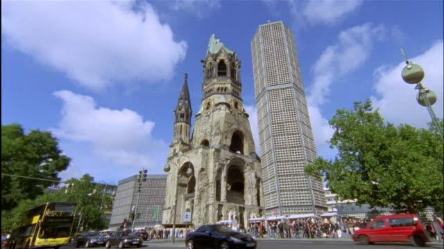 vídeos y material grabado en eventos de stock de traffic passes by the kaiser wilhelm memorial church in berlin. - iglesia conmemorativa del emperador guillermo