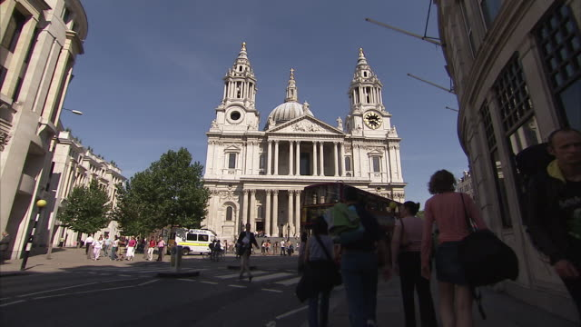 traffic passes in front of st. pauls cathedral. available in hd. - 前にいる点の映像素材/bロール