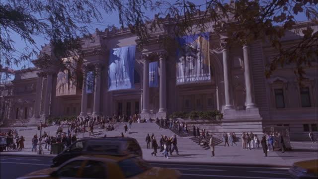 vídeos y material grabado en eventos de stock de traffic passes in front of the metropolitan museum of art. - met
