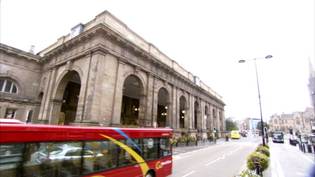 vídeos de stock, filmes e b-roll de traffic passes newcastle railway station. available in hd. - newcastle upon tyne