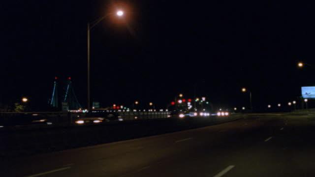 traffic passes over philadelphia's benjamin franklin bridge at night. - ベンフランクリン橋点の映像素材/bロール