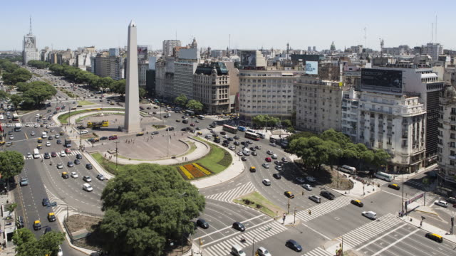 stockvideo's en b-roll-footage met tl, ws, ha traffic passes the obelisk / obelisco de buenos aires / buenos aires, argentina - obelisk