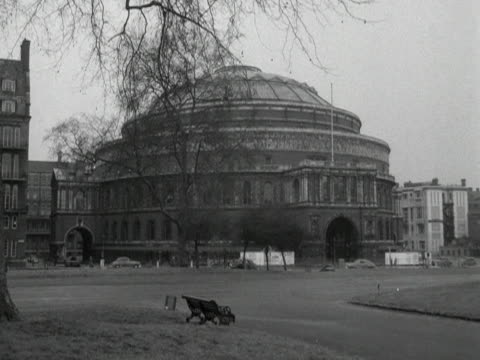 vídeos de stock, filmes e b-roll de traffic passes the royal albert hall - royal albert hall