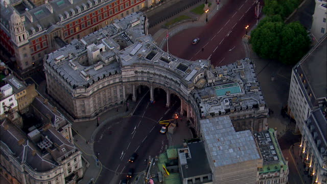 stockvideo's en b-roll-footage met traffic passes through the admiralty arch in london. - ministerie van defensie