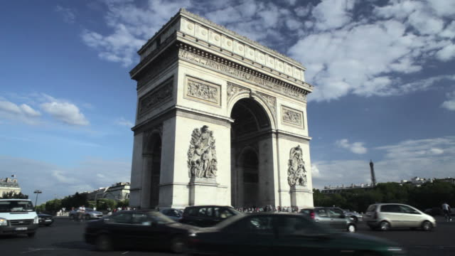 ws traffic passing around  arc de triomphe, place charles de gaulle, paris, france - 新古典派点の映像素材/bロール