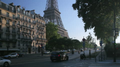 stockvideo's en b-roll-footage met ws traffic passing by eiffel tower on the quai branly / paris, france - 2010