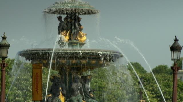 CU TD Traffic passing by fountain on Place de la Concorde, Paris, France