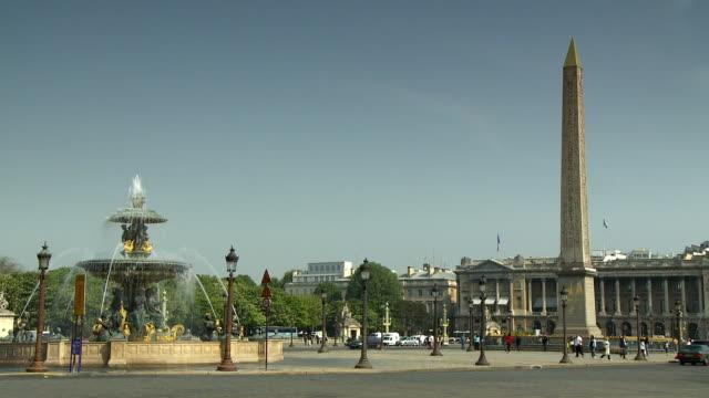 WS Traffic passing fountain on Place de la Concorde, Paris, France