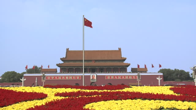 stockvideo's en b-roll-footage met ws traffic passing in front of gate of heavenly peace with bright flower display for national holiday week/ beijing, china - communisme