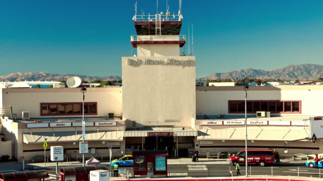 t/l zi traffic passing in front of main terminal building at bob hope airport serving burbank and san fernando valley / burbank, california, usa - burbank stock-videos und b-roll-filmmaterial