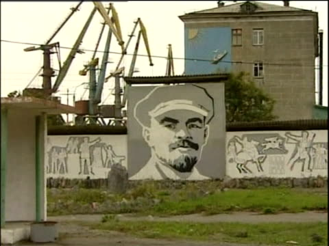 stockvideo's en b-roll-footage met traffic passing mural portrait of lenin sakhalin - 1999