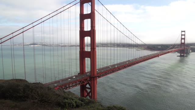 verkehr vorbei über golden gate bridge - golden gate bridge stock-videos und b-roll-filmmaterial