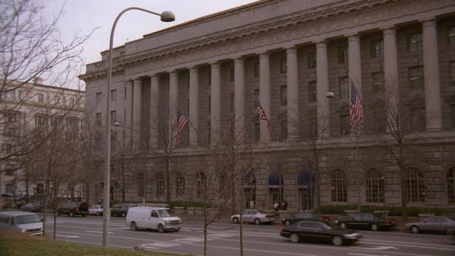 ha traffic passing the treasury annex columns / washington, d.c., united states - 造幣機械点の映像素材/bロール