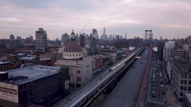 vídeos de stock, filmes e b-roll de traffic passing through brooklyn - williamsburg new york