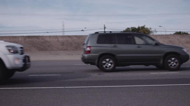 vidéos et rushes de trafic passant à travers le tir - moving past