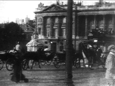 b/w 1904 pan traffic + pedestrians on street outside hotel des invalides / paris - 1900~1909年点の映像素材/bロール